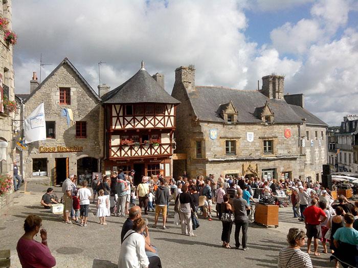 Place-du-vieux-marche-st-renan